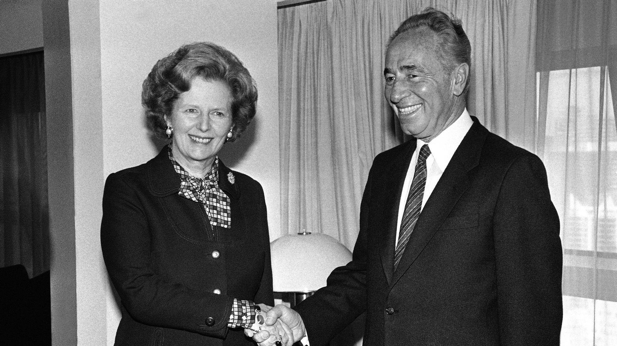 שמעון פרס ומרגרט תאצ'ר, ניו יורק אוקטובר 1985. AP