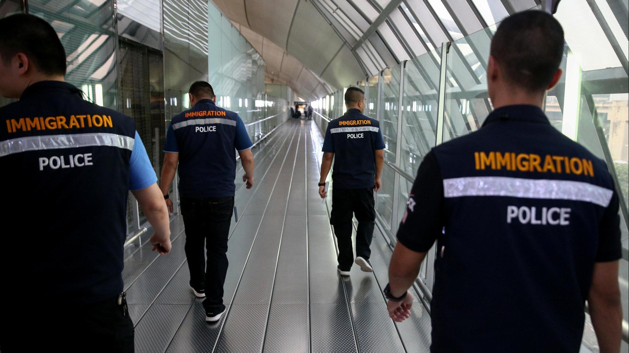 גורמים ברשויות ההגירה של תאילנד בנמל התעופה של בנגקוק, 7 בינואר 2019. רויטרס