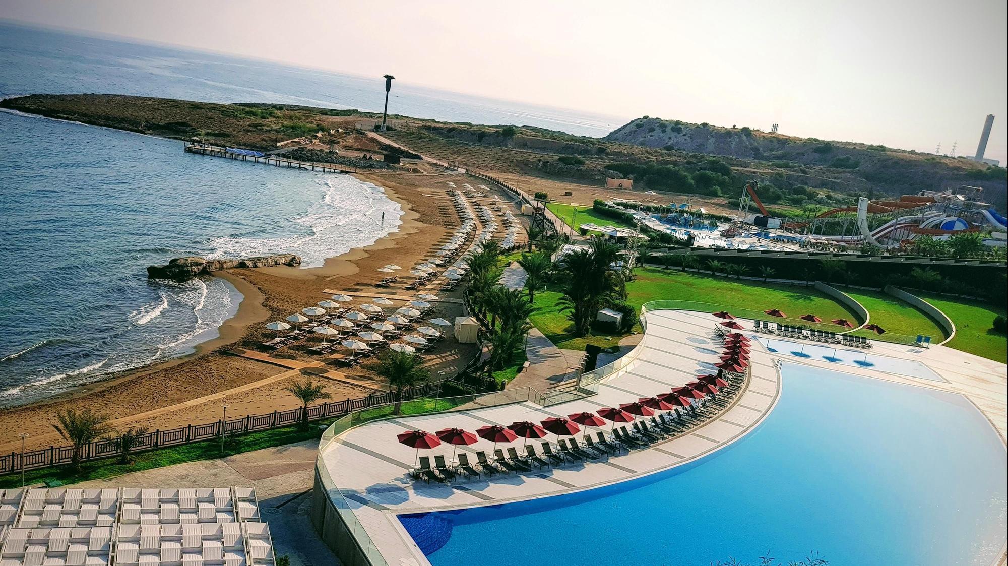 הבריכה וחוף הים של מלון אלקסוס, צפון קפריסין. ארז מיכאלי