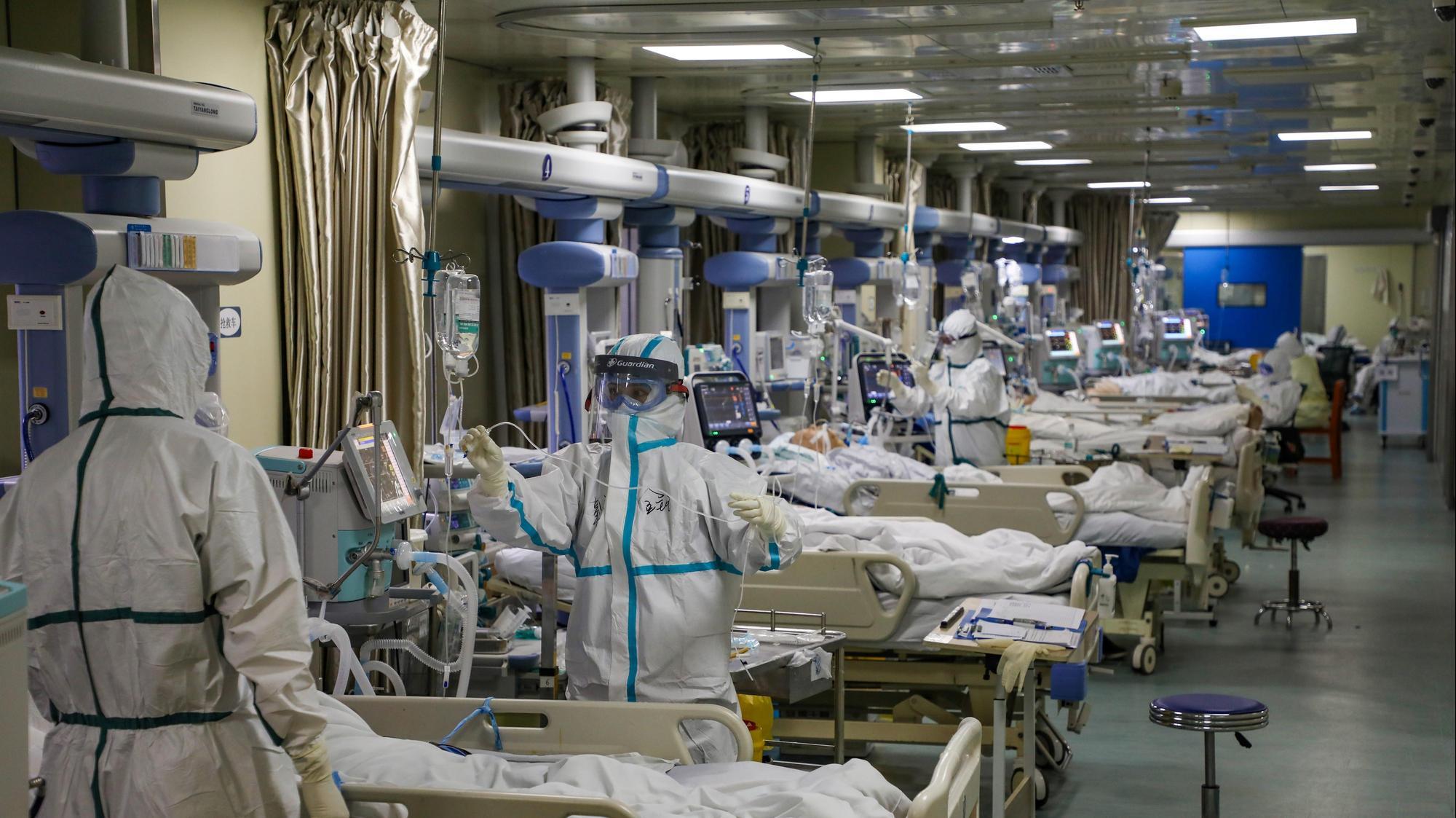 רופאים מטפלים בחולי קורונה בבית חולים בווהאן שבסין, 9 בפברואר 2020. רויטרס