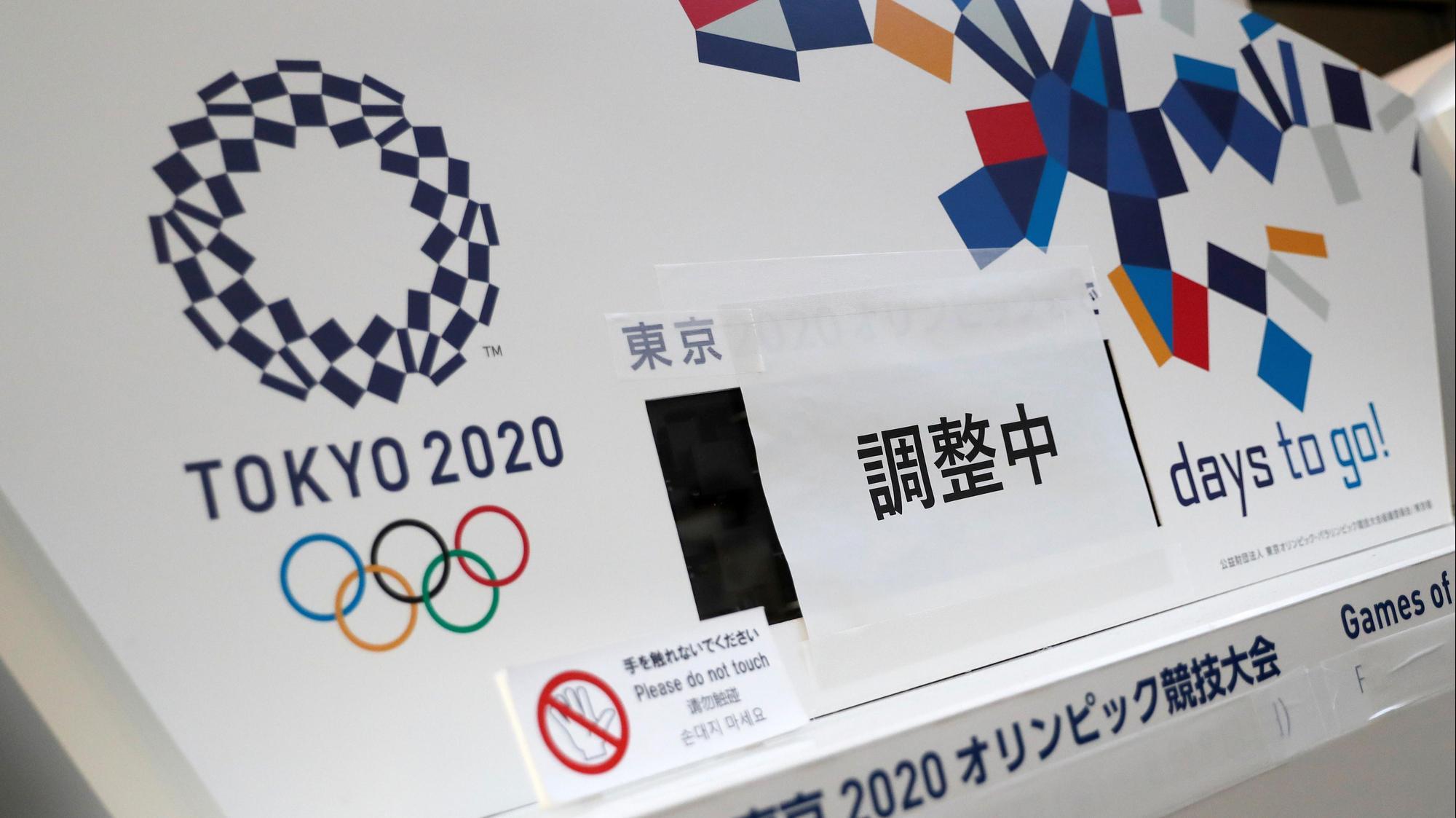 שעון העצר שסופר את הימים שנותרו עד לתחילת האולימפיאדה מכוסה בעקבות הדחיה, טוקיו, יפן 24 במרץ 2020. רויטרס
