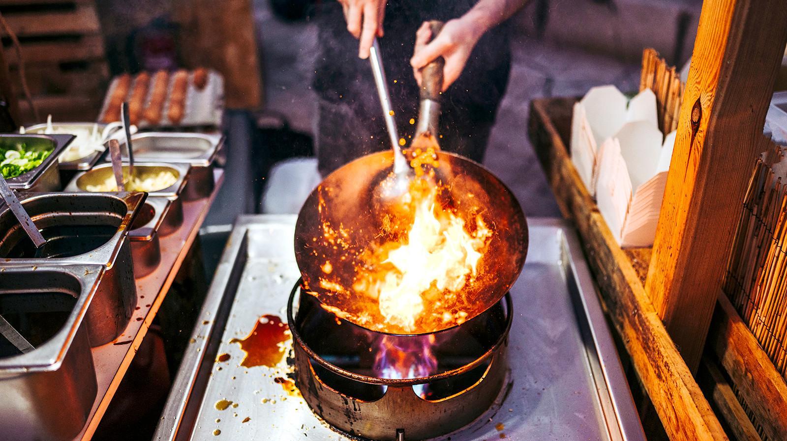 ווק אוכל סיני. ShutterStock