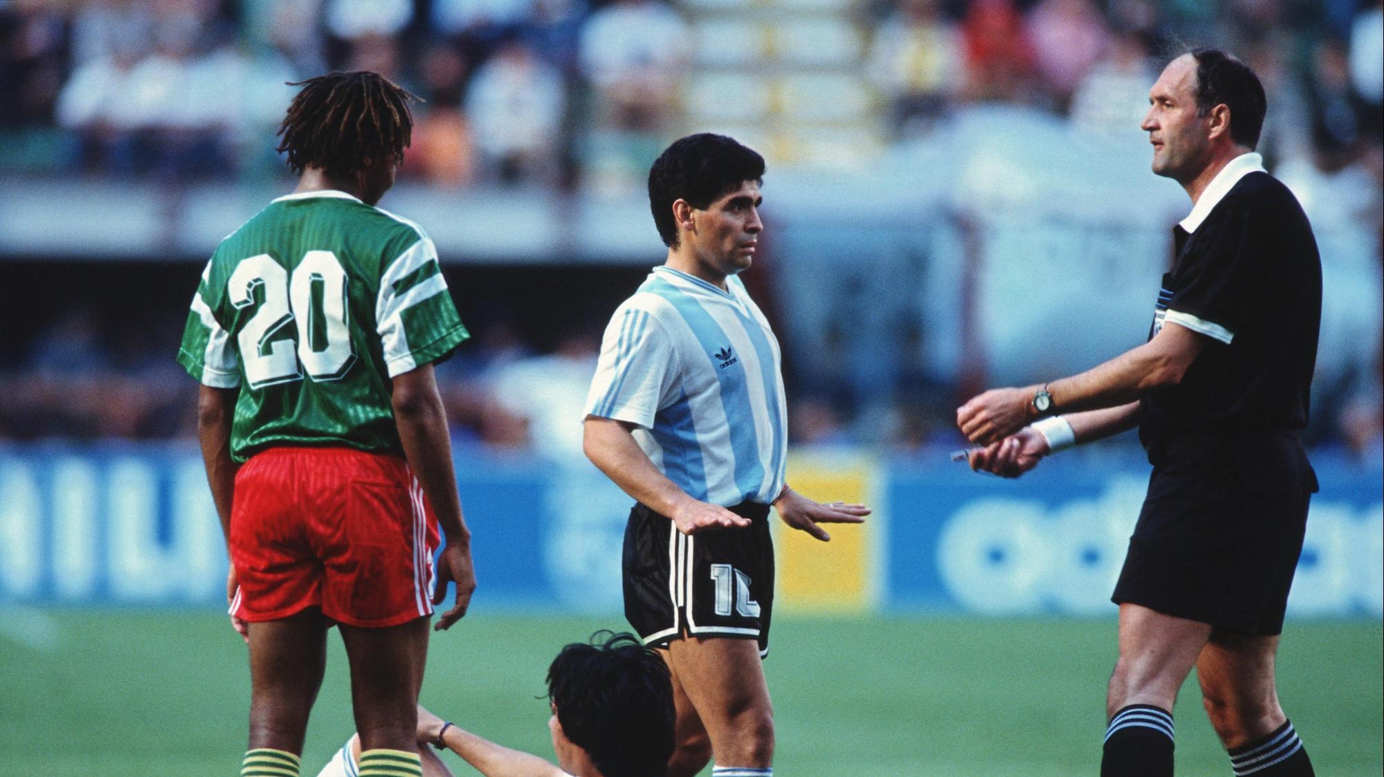 השופט מישל ווטרו, דייגו מראדונה נבחרת ארגנטינה, סיריל מקנאקי נבחרת קמרון, הגביע העולמי 1990. GettyImages