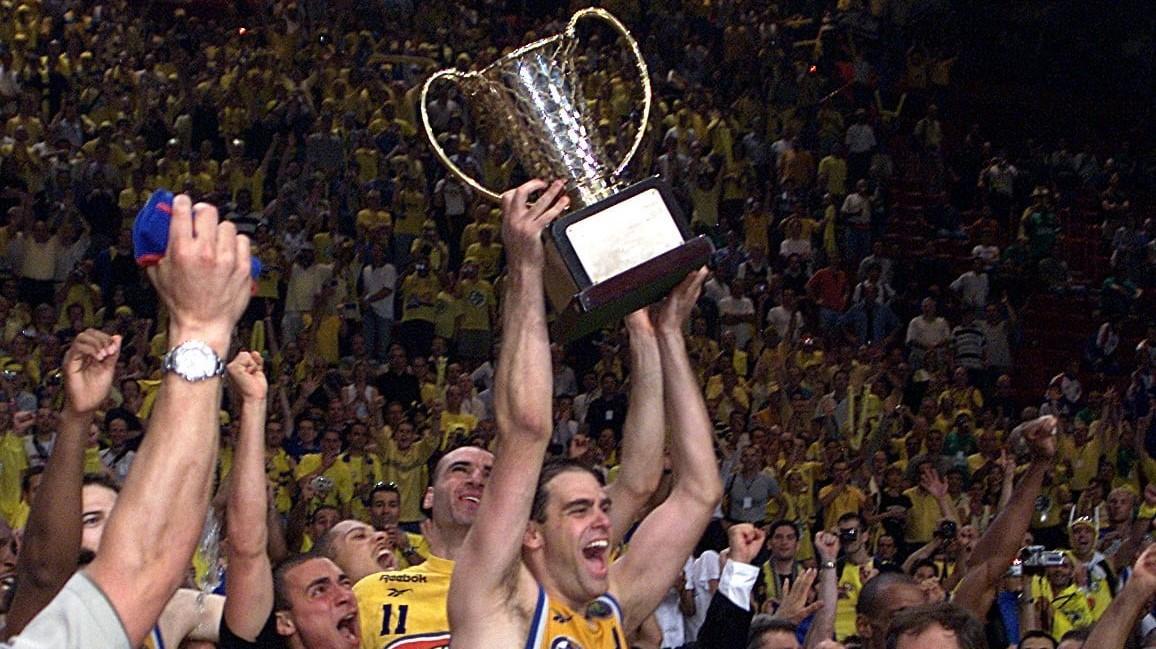 נדב הנפלד מניף את גביע הסופרוליג ב-2001. Action Images, אתר רשמי