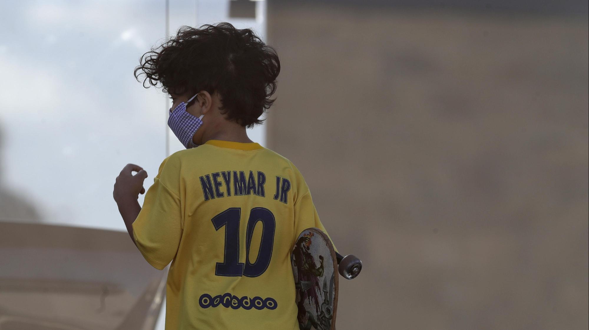 ברזיל: ילד עם חולצה של ניימאר ומסיכה בימי קורונה. Eraldo Peres, AP
