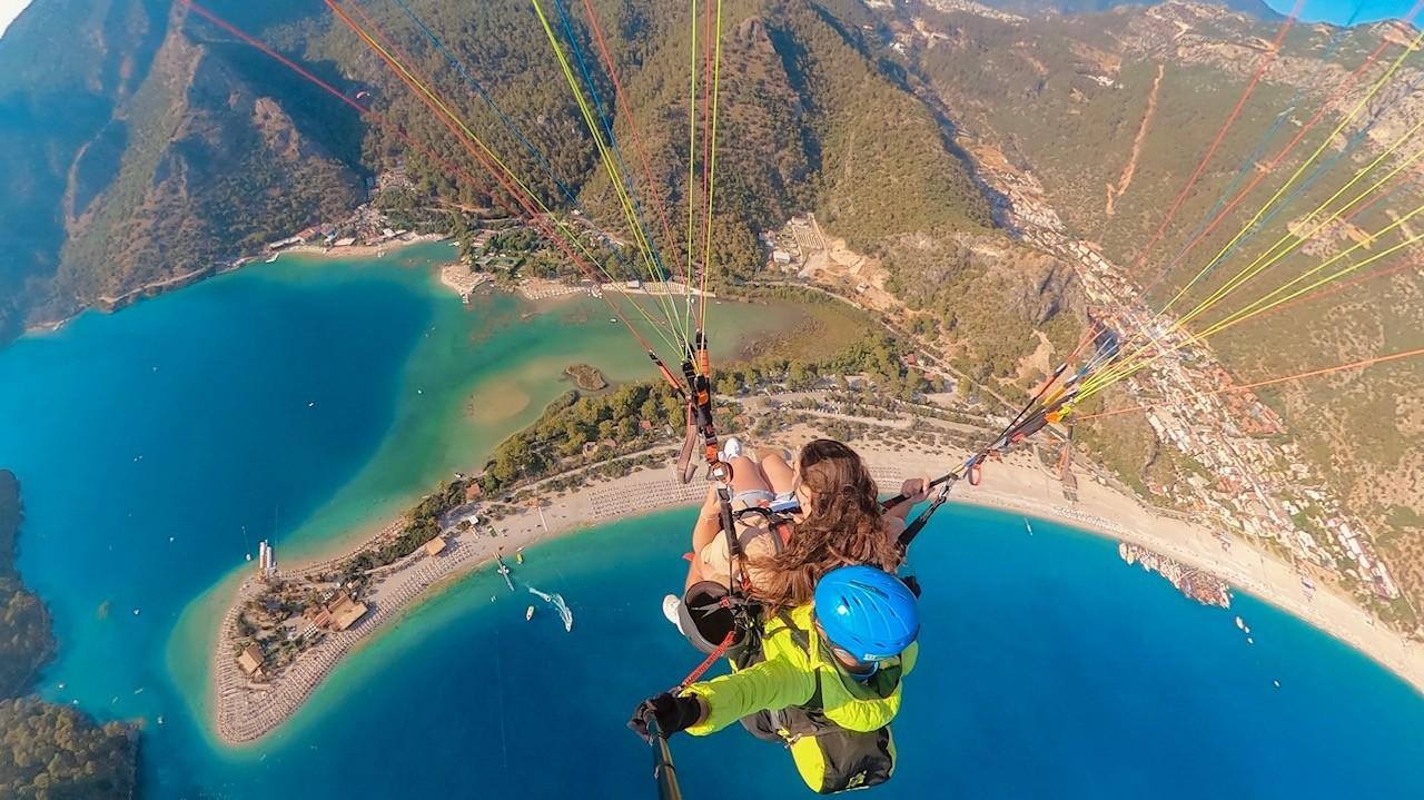 מצנחי רחיפה מעל הלגונה הכחולה באולודניז, טורקיה. תמר אברג'ל, באדיבות המצולמים