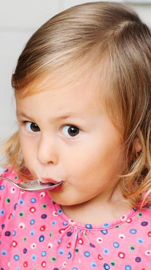 ילדה אוכלת. ShutterStock
