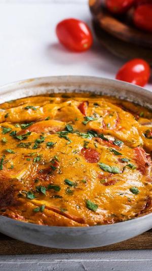 פריטטה עגבניות ושמנת. צילום: אלון מסיקה, סטיילינג: נעה קנריק,