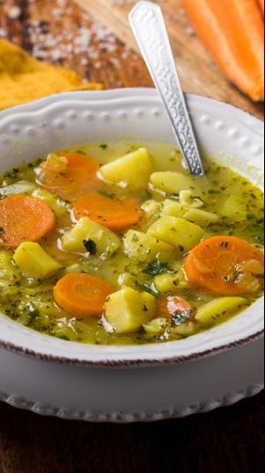 מרק ירקות עם בצקנית.