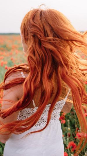 אישה עם שיער אדום. ShutterStock