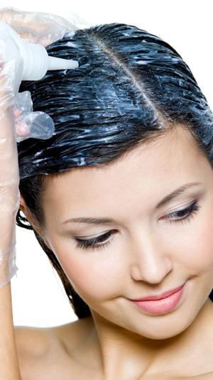 אישה צובעת את השיער. ShutterStock