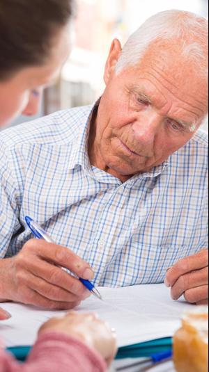 מבוגרים חותמים על חוזה. ShutterStock