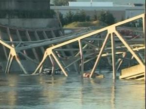 קטע מגשר קרס לתוך נהר - מכוניות צנחו למים. רויטרס
