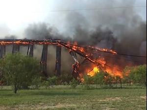תיעוד: גשר הרכבת עלה באש - וקרס כמו דומינו.