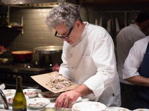 אייל שני בסלון בערב של האקדמיה לבישול איטלקי בארץ. דרור עינב