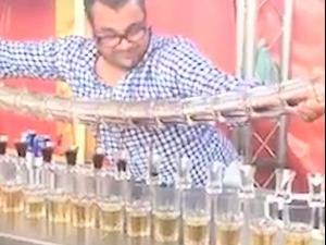 ברמן מוזג המון כוסות במקביל. FACEBOOK, צילום מסך