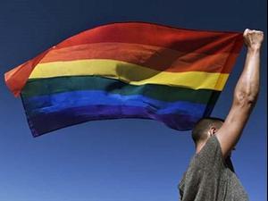 גבר עם דגל הגאווה. ShutterStock