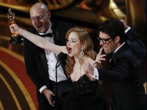 הבמאי הישראלי גיא נתיב ואשתו ג'יימי לי ניומן אחרי זכייתו בפרס הסרט הקצר באוסקר. רויטרס