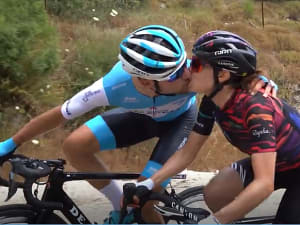 גיא שגיב ועומר שפירא מתנשקים. איגוד האופניים, צילום מסך
