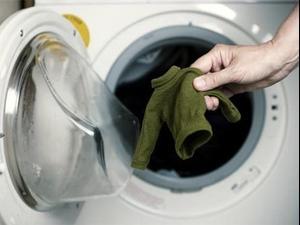 בגד שהתכווץ בכביסה. ShutterStock
