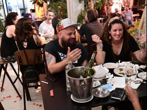 """מסעדת """"סנטה קתרינה"""" בתל אביב, יום חזרת המסעדות לאחר הסרת הגבלות הקורונה. ראובן קסטרו"""