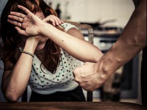 אישה מאוימת על ידי בעלה. ShutterStock