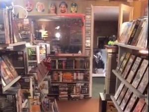 בנה בבית שלו חנות להשכרת קלטות ווידאו. @thevideobunker, צילום מסך