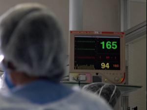 עובדי בית חולים בברזיל מטפלים בחולי קורונה 27.3.21. רויטרס