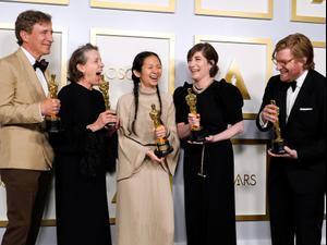 """טקס האוסקר ה-93: """"ארץ הנוודים"""" הוכרז כזוכה בפרס לסרט הטוב ביותר  26.4.21. רויטרס"""