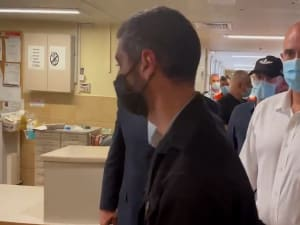 השר אוחנה מוברח מבית החולים זיו כדי להימנע משאלות עיתונאים 01.05.21. יואב איתיאל