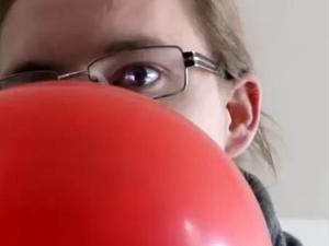 אדף שואף גז מבלון שעושה את הקול שלו עבה. Cody'sLab, צילום מסך