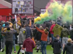 ניב דוברת מדווח על ההתפרעות של אוהדי מנצ'סטר יונייטד באצטדיון אולד טראפורד לפני המשחק מול ליברפול, שבוטל. ספורט 2