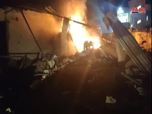 """מחסן חומרי פלסטיק שנפגע על ידי תקיפה אווירית ישראלית לפי דיווחים בסוריה, 5 במאי 2021. סוכנות הידיעות הרשמית בסוריה סאנ""""א, אתר רשמי"""