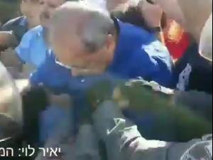 """בוידאו: שוטרים דחפו את ח""""כ אחד טיבי בהפגנה בשיח ג'ראח. אין, מערכת וואלה!"""