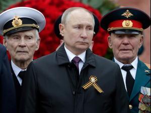 נשיא רוסיה ולדימיר פוטין סקר את מצעד הניצחון השנתי בכיכר האדומה במוסקבה 9.5.2021. רויטרס