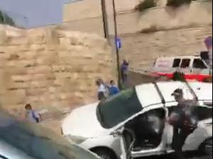 תיעוד מהמהומות בירושלים: נהג התנגש בפלסטינים אחרי ידוי אבנים למכוניתו 10.5.21. ללא, אתר רשמי