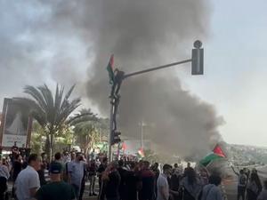 מפגינים ערבים חוסמים את כביש 65 כחלק מהפגנת סולידריות בערביי ירושלים, אום אל פחם, 10 במאי 2021. יואב איתיאל