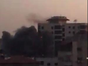 """תיעוד: למרות איומי חמאס, צה""""ל תקף בניין רב קומות בעזה  11.5.21. מתוך טוויטר, צילום מסך"""