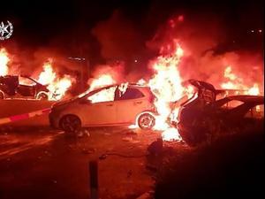 המשטרה פתחה בחקירה בעקבות הצתת 4 כלי רכב בחניון הרכבת בעכו 13.05.21. ללא, מערכת וואלה!