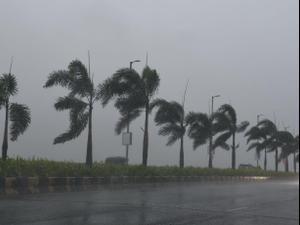 סערה בעיר מומביי, הודו, בזמן סופת ציקלון, 17 במאי 2021. רויטרס