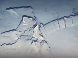 שלד מסתורי נמצא בקרקעית הים. YouTube/Deborah Hatswell #BBR), צילום מסך