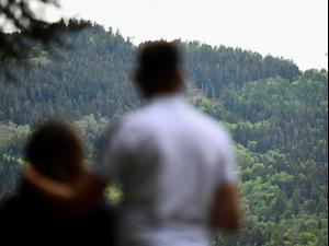אנשים צופים במסוק בשמי זירת התרסקות רכבל באזור האלפים בצפון איטליה, 23 במאי 2021. רויטרס