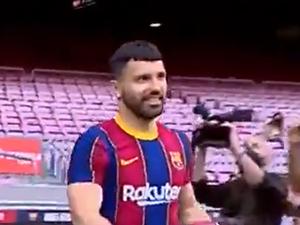 סרחיו אגוארו מוצג כשחקן ברצלונה. הטוויטר של ברצלונה, אתר רשמי