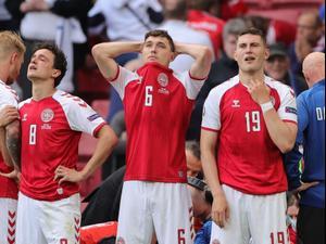 שחקני נבחרת דנמרק, יונאס וינד, אנדראס כריסטנסן, תומאס דלייני אחרי ההתמוטטות של כריסטיאן אריקסן. ספורט 2