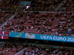 תקציר: אוהדי נבחרת דנמרק ואוהדי נבחרת פינלנד מעודדים את כריסטיאן אריקסן. ספורט 2