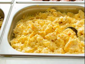 ביצה מקושקשת בארוחה במלון. ShutterStock