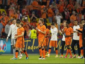 שחקני נבחרת הולנד חוגגים לאחר ה-2:3 על נבחרת אוקראינה. ספורט 2