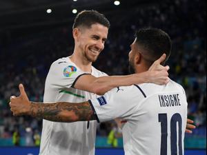 ז'ורז'יניו עם לורנצו אינסינייה שחקני נבחרת איטליה. רויטרס