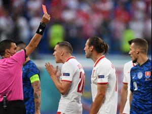 גז'גוז' קריכוביאק שחקן נבחרת פולין סופג כרטיס אדום. ספורט 2