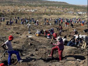 חופרים בחיפוש אחרי יהלומים בדרום אפריקה. Siphiwe Sibeko, רויטרס